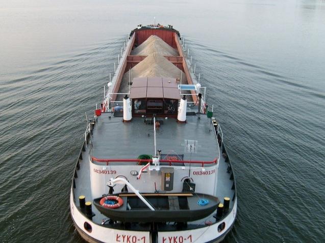 barka na wodzie